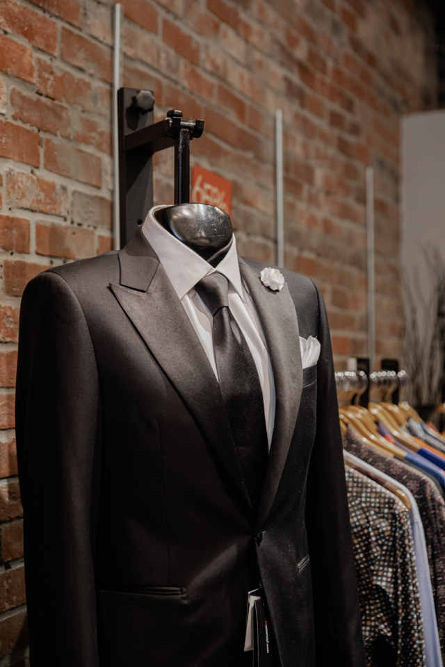Renting or buying a tuxedo / suit for a wedding is a question that practically every groom asks himself © Bernie Almanzar / Unsplash