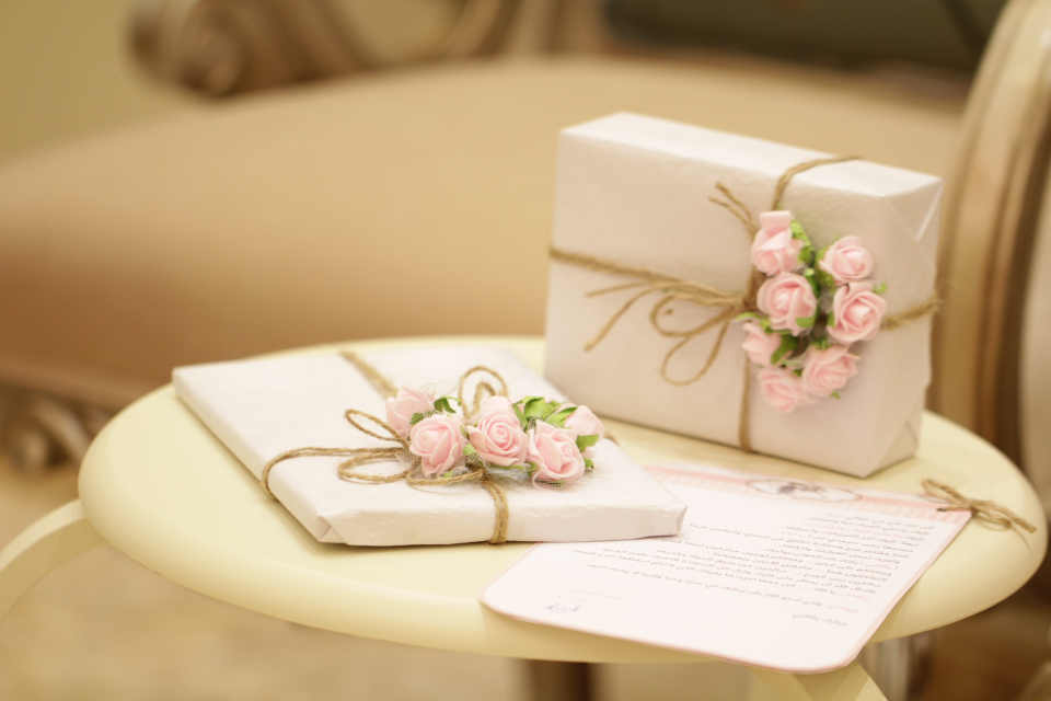 Although one might think that, it is not considered to be rude if you give money as a gift to the wedding couple