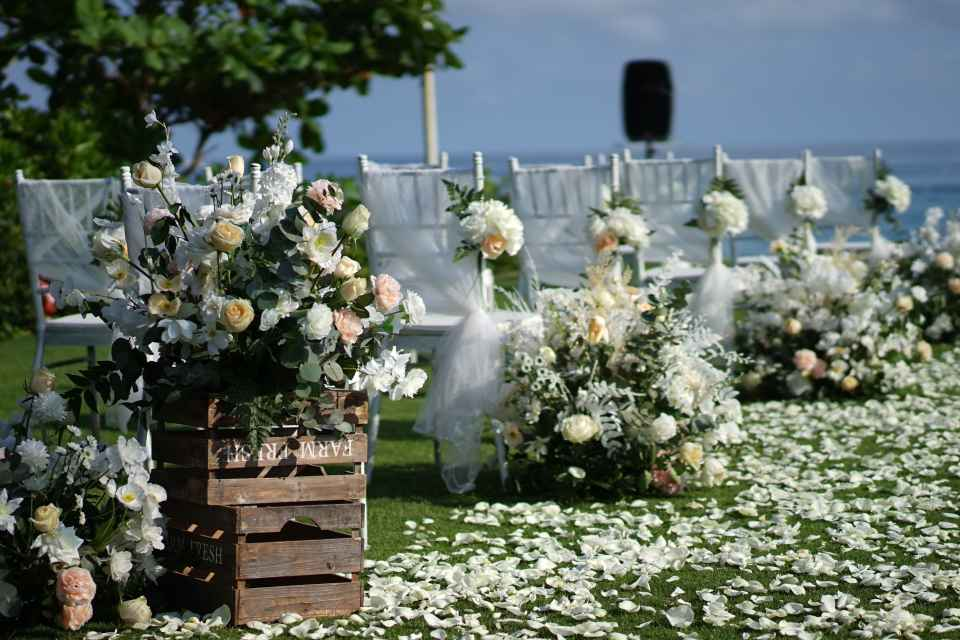 For small to medium size weddings, you can set aside a budget ranging between $1,300 and $1,500 for the flowers